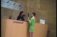 Still video de Andrea Fraser en el Bilbao Guggenheim